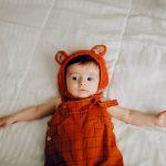 Baby in oranje pakje